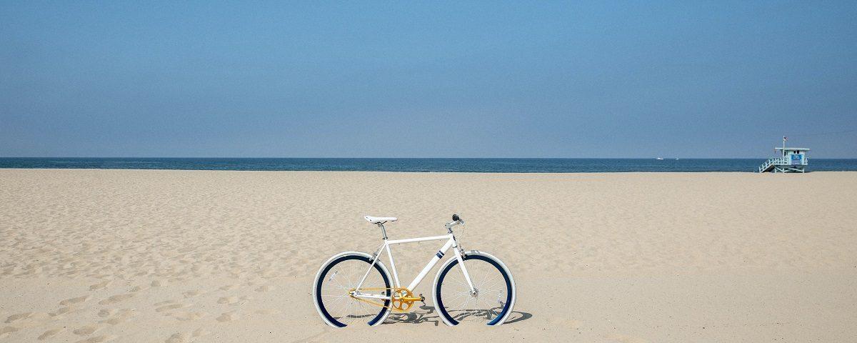 cuidar da bicicleta na praia